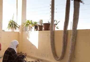 Craftswoman assists in the creation of Entrelac installation - Raya Kassisieh & Nader Tehrani (NADAAA)